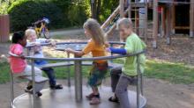 Fröhlich spielende Kinder